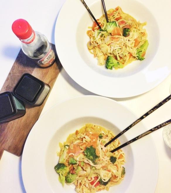 Wok med surimi-nudler