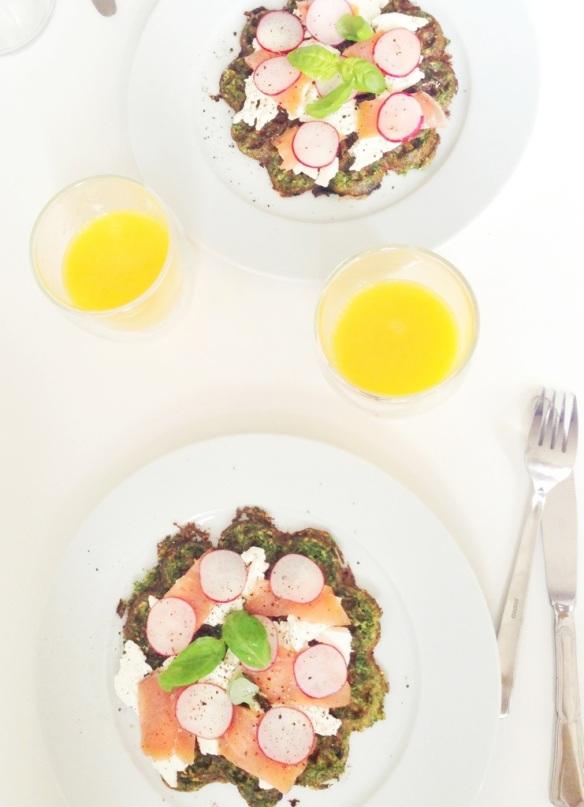 Spinatvafler med rygeost og laks
