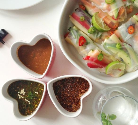 Vietnamesiske forårsruller og tre slags dip: chili, peanut og sesam