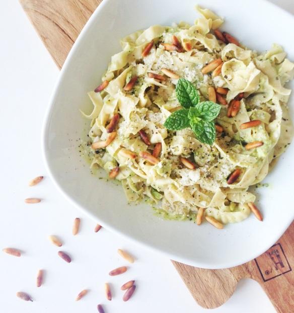 Mad på 5 minutter: Bønnepasta med avokado- og pestocreme