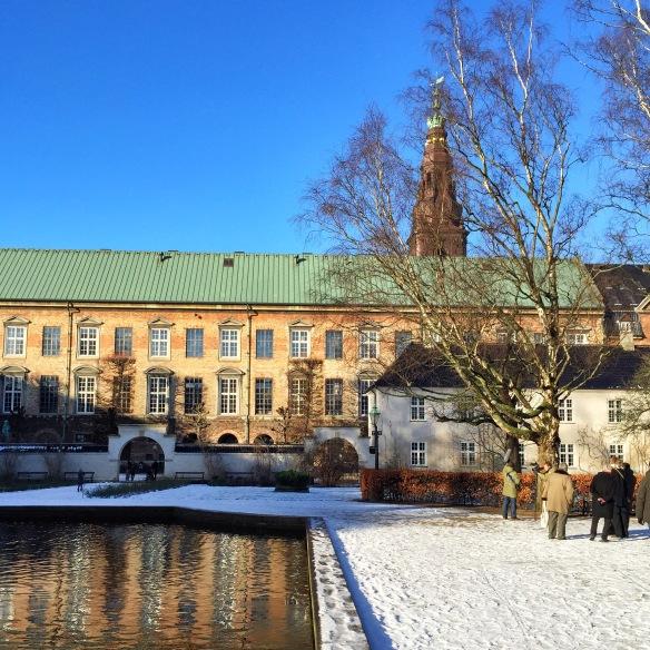 Sol over Christiansborg fra Bibliotekshaven