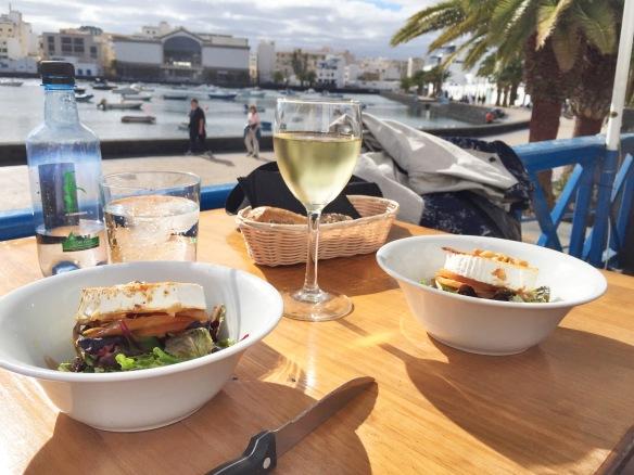 Hvidvin og gedeost i Arrecife