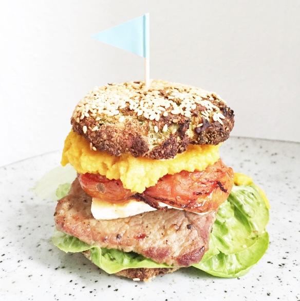 Smag burger med broccoliboller og gulerodshummus