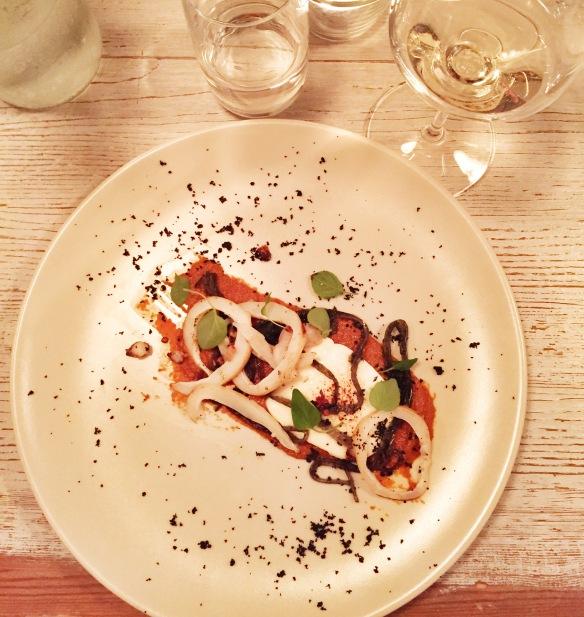 Blæksprutte med bl.a. mozzarella og soltørret tomatpesto på Spuntino