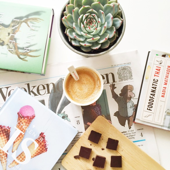 Weekendavisen, lækre bøger fra Politikens Forlag, kaffe og 95% chokolade fra CocoàFair.