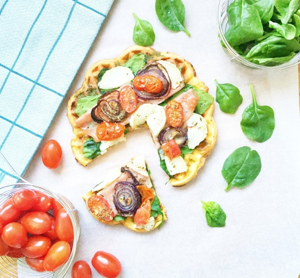 Vaffelpizza med spinat, mortadella, gedeost og pistacie