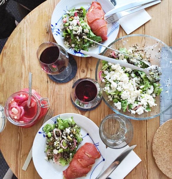 """Wedofood"" salat med quinoa, edamame, salatost, avokado, syltede rødløg og aubergine + kylling med parmaskinke."