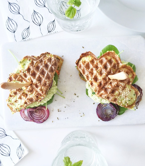 Vaffelburger med kylling og edamamehummus