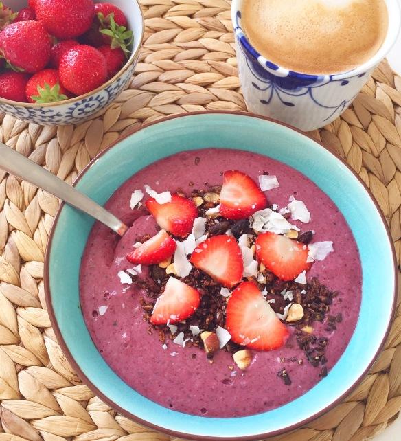 Acai blåbær bowls med kakaomüsli