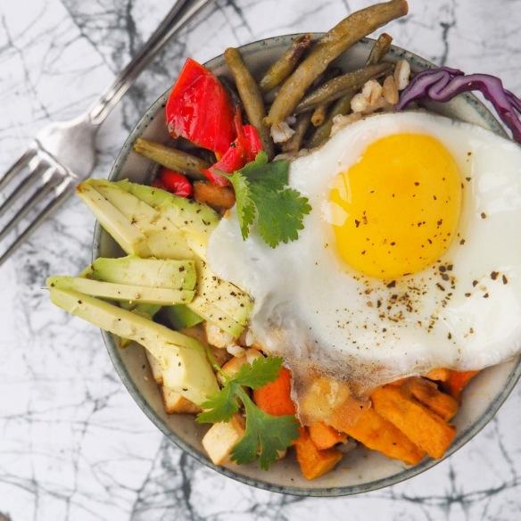 Perlebyg-bowl med tofu og bagte grøntsager