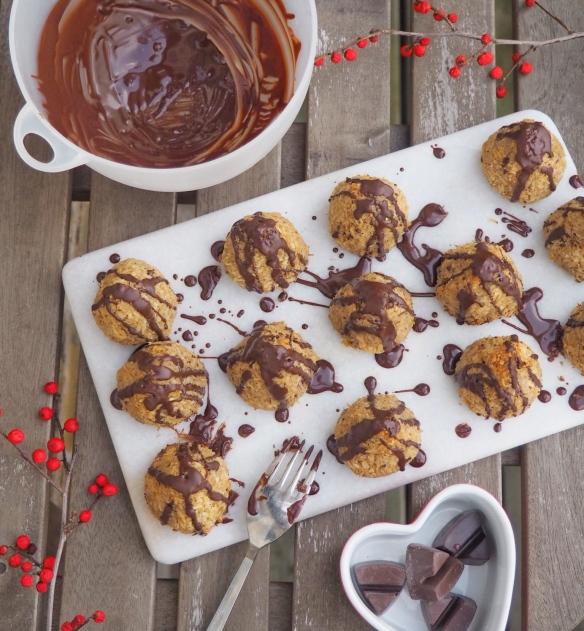 Sunde kokostopper med stykker af chokolade